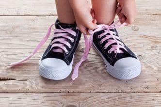 Enseñar a los niños a atarse los cordones de los zapatos