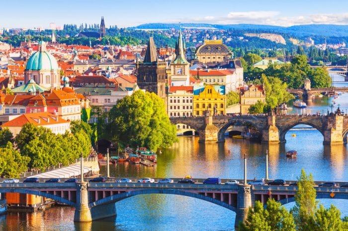 Ciudad Vieja y el Puente de Carlos sobre el río Moldava en Praga, República Checa