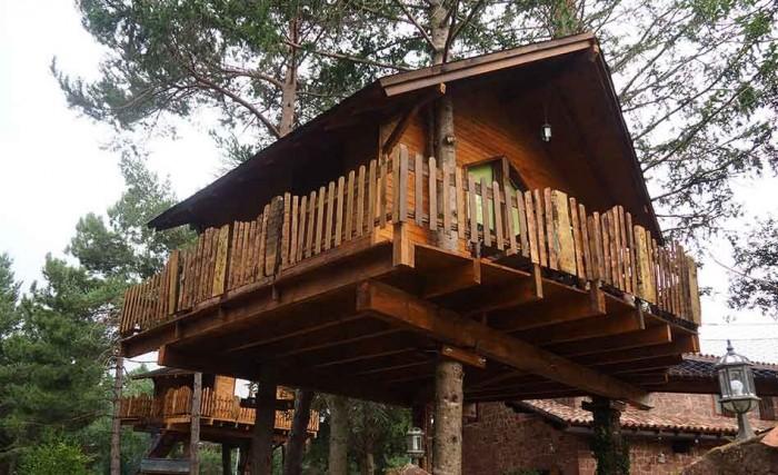Hoteles rurales en catalu a para ir con ni os etapa infantil for Hotel con casas colgadas de los arboles