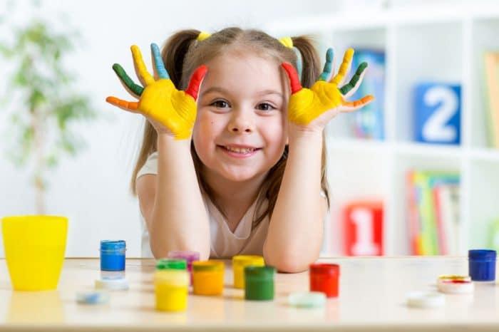 Niños pintando beneficios