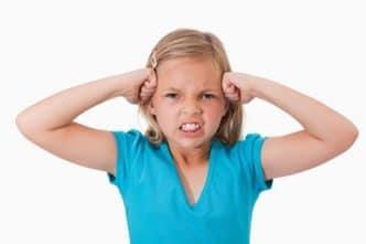 Cómo tratar con un niño enfadado