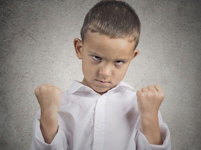 Un niño enfadado debe aprender a regular sus emociones con tu ayuda