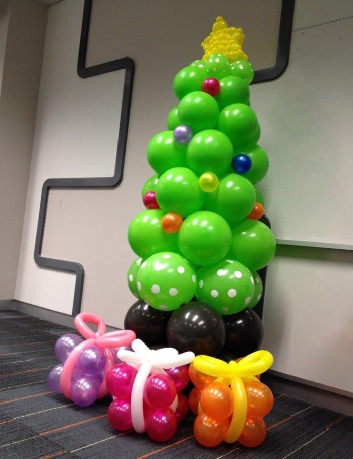 Manualidad de decoración Navideña de Árbol de Navidad con globos