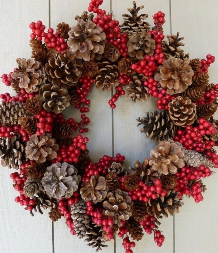 Manualidad de decoración navideña de Guirnalda con piñas de pino secas