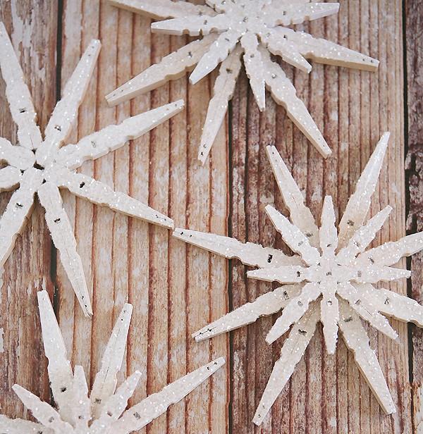 Manualidad infantilde Navidad Copos de nieve con pinzas