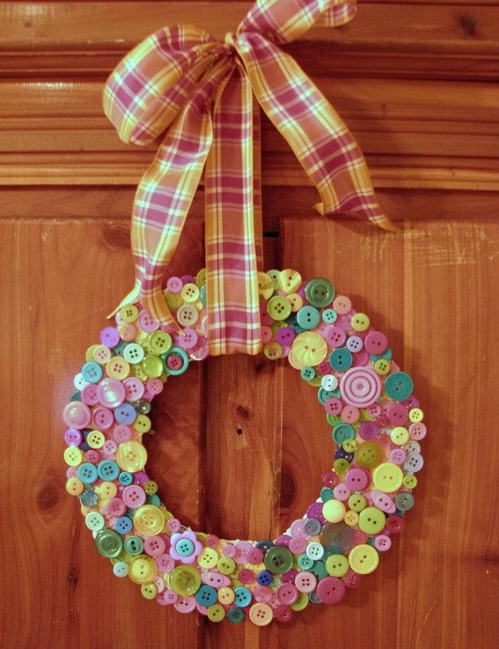 Manualidad infantilde Navidad Corona navideña con botones