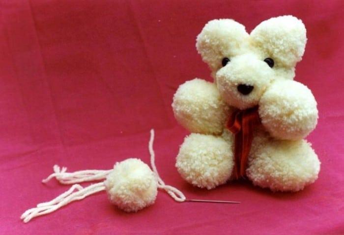 Manualidad infantilde Navidad Oso con pompones