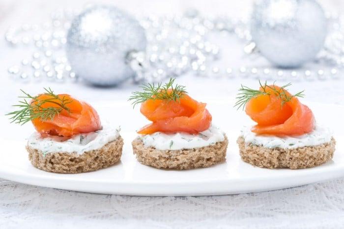 Menú de Nochevieja Aperitivo - Canapé de salmón con queso crema y miel