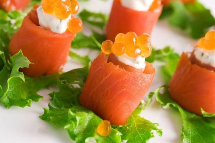 Receta de canapé de minirollitos de salmón ahumado rellenos para navidad