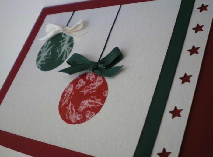 Tarjeta de felicitación con bolas de Navidad