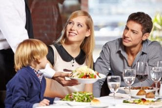 Consejos para entretener a un niño en un restaurante