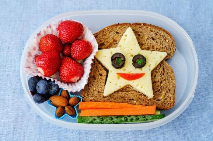 la oms recomienda que los nios consuman cinco comidas al da desayuno comida cena y dos meriendas la mayora de los padres centran su atencin