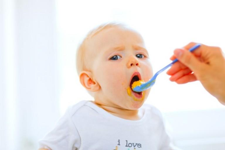 10 alimentos que quedan prohibidos en bebés antes de los 24 meses