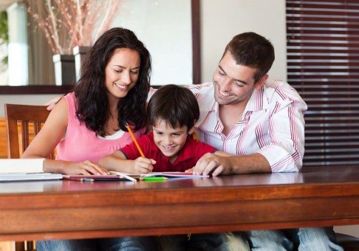 Errores de los padres cuando hacen deberes con sus hijos