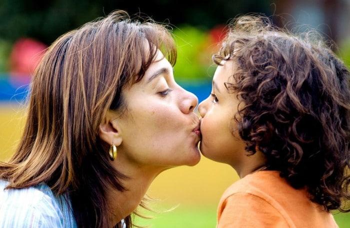 Es buena idea besar en la boca a los hijos