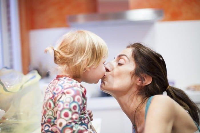 besos en la boca de niños pequeños
