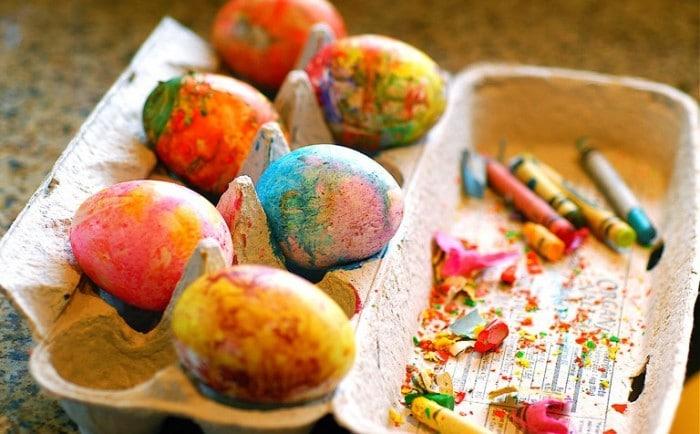 Huevos pintados con cerasIdeas para decorar huevos de Pascua