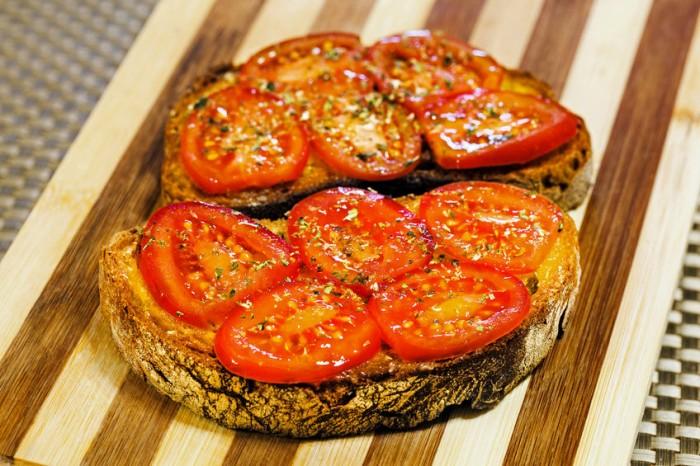 Receta Tostadas de pan integral con tomate y finas hierbas
