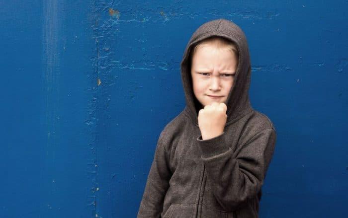 Cómo lidiar con un niño agresivo que sufre esquizofrenia