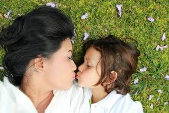 El poder de los besos y abrazos a los hijos