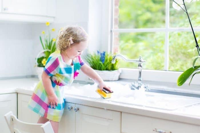 Enseñar tareas domésticas niños pequeños