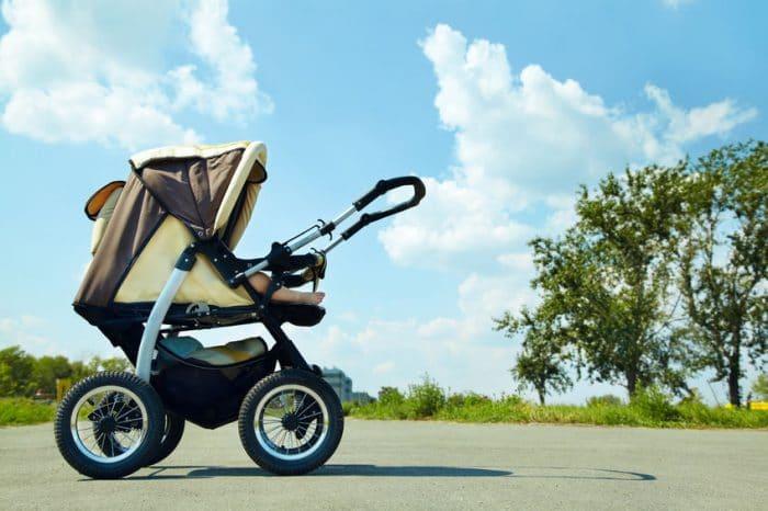 Los riesgos de cubrir el cochecito de tu bebé con una sábana o toalla