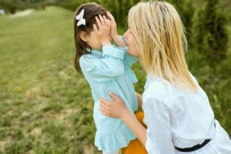 obligar niños saludar