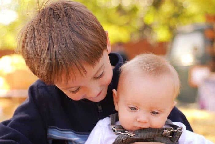 Cómo manejar los celos de un hijo por su hermano