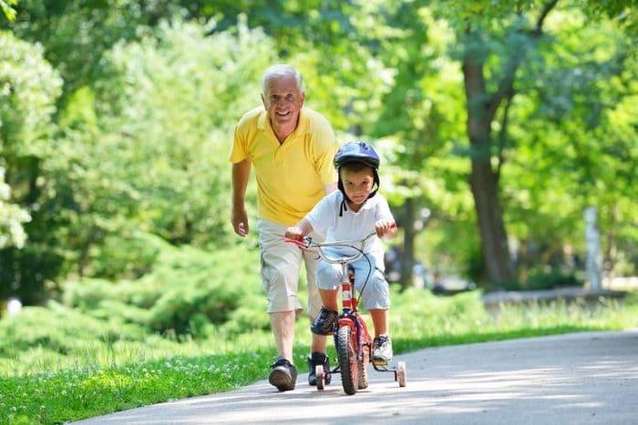 Cuidar a los nietos previene el deterioro cognitivo en los abuelos