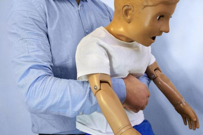 Niño atragantamiento maniobra de Heimlich