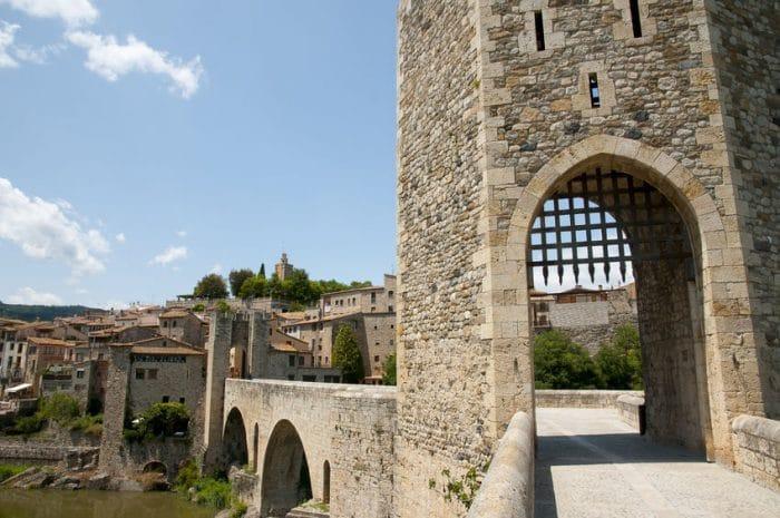 Pueblo medieval Besalú, en Girona, España