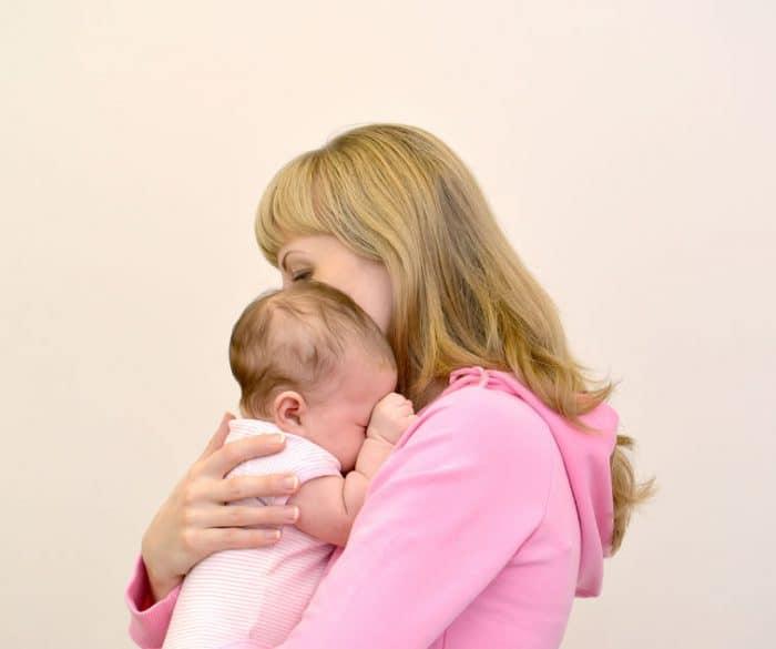 Beneficios de coger al bebé en brazos