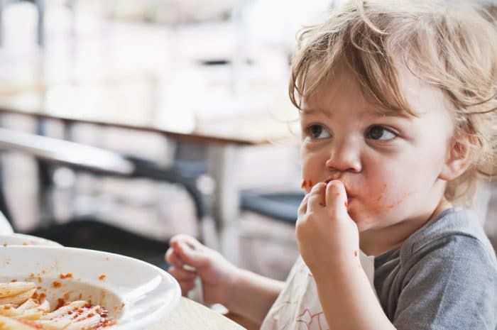 Experiencia infantil comer manos