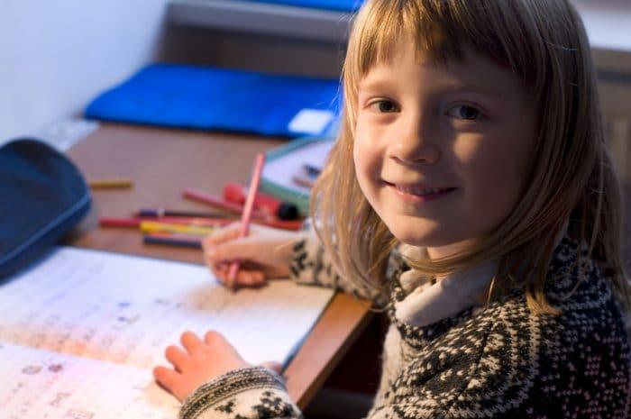 Ayudar hijo hacer deberes