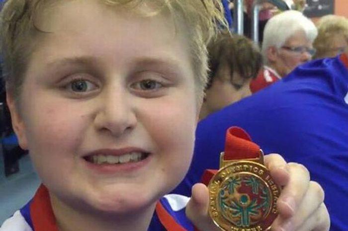 Niño autista natación