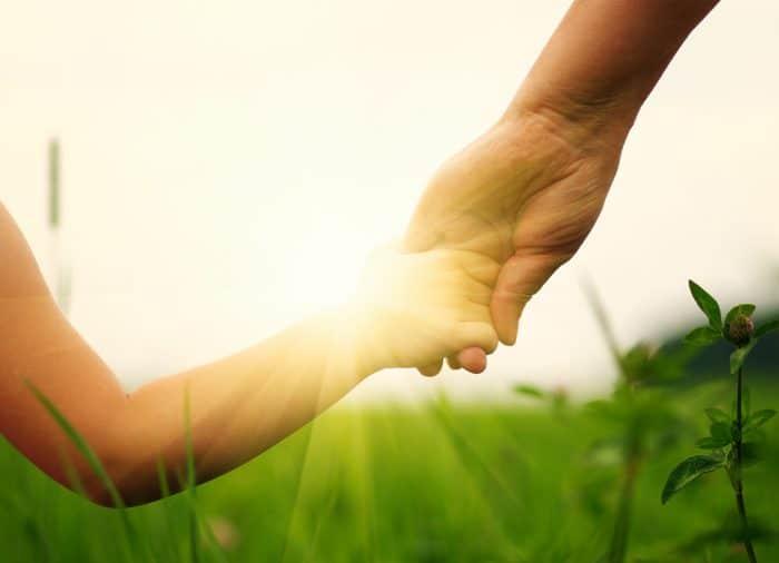 El amor y apego de los padres beneficia el desarrollo cognitivo y cerebral de los niños