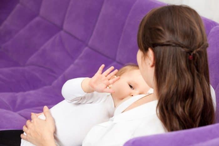 Madre que amamanta a un niño