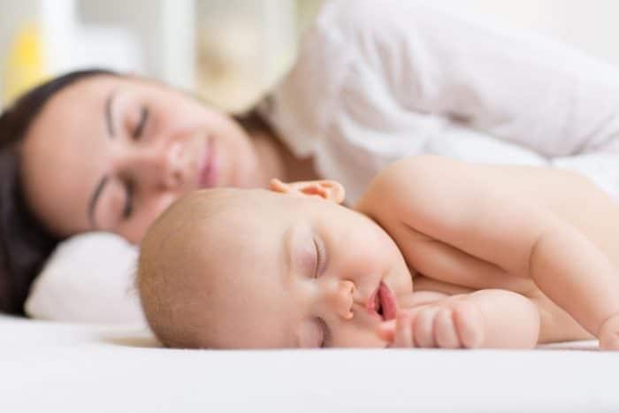 bebé dormir contigo colecho