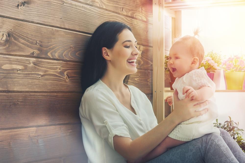 Madres cuidan hijos trabajadoras