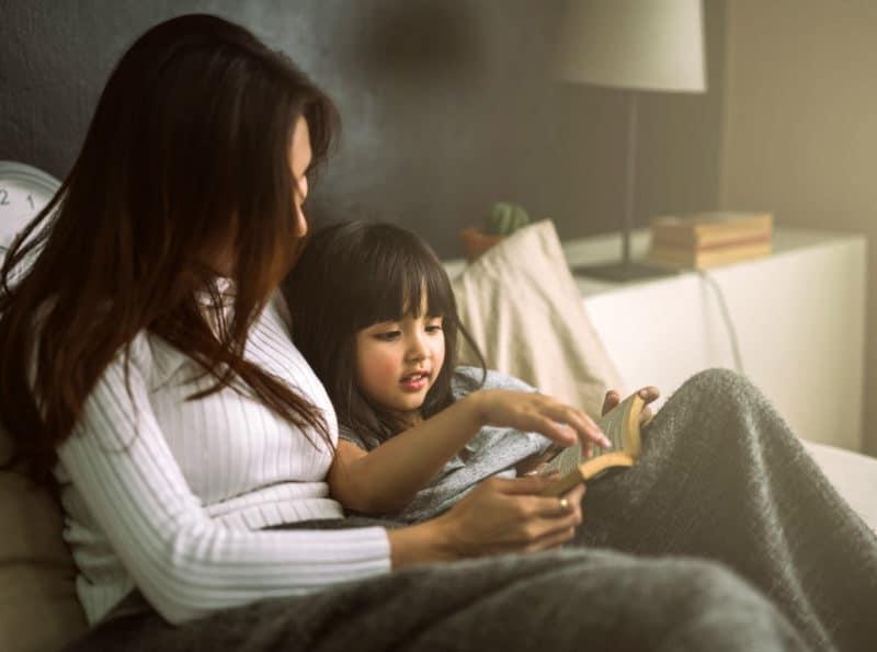Beneficios leer cuento niños antes dormir