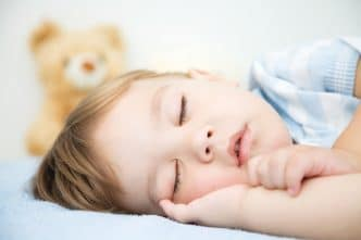 Hijo pequeño se despierta por la noche