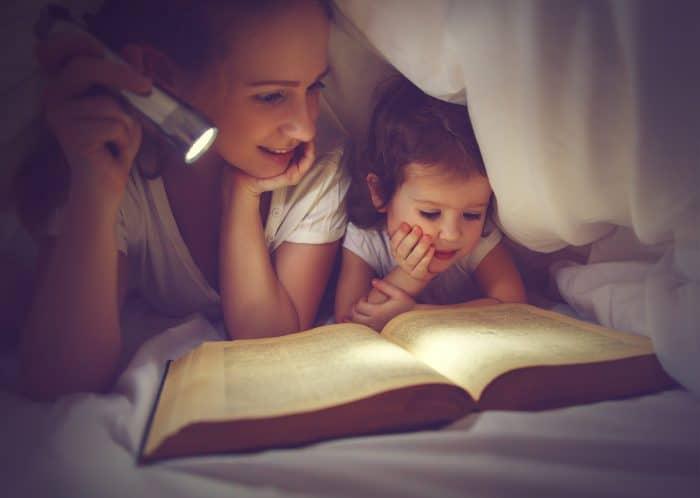 Leer cuentos a los niños antes de dormir