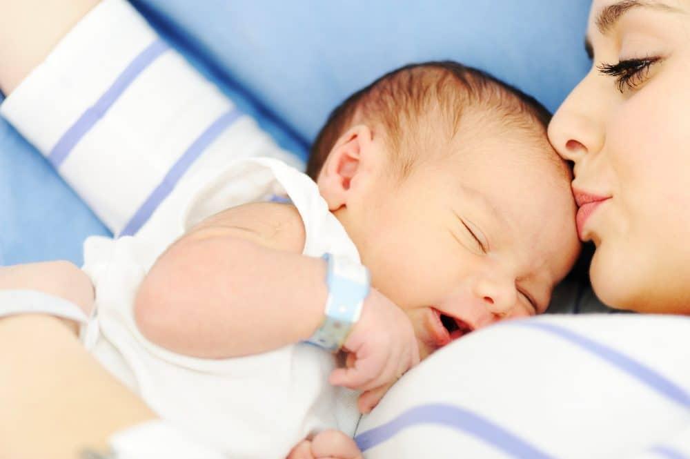 Abrazar bebés prematuros cuidados intensivos