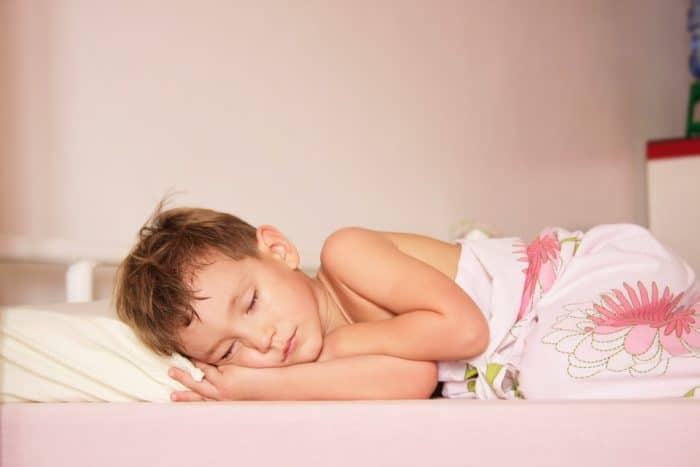 Conseguir que el niño duerma solo en su dormitorio