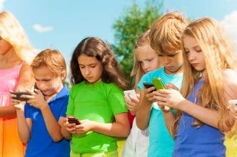 A qué edad hay que comprar el primer móvil a un niño