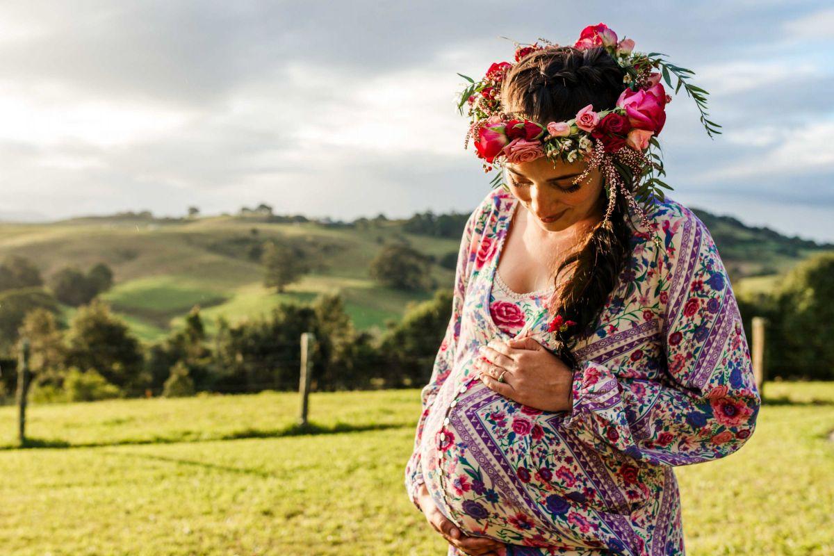Mujer embarazada con flores