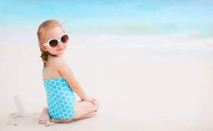 aplicar crema solar infantil