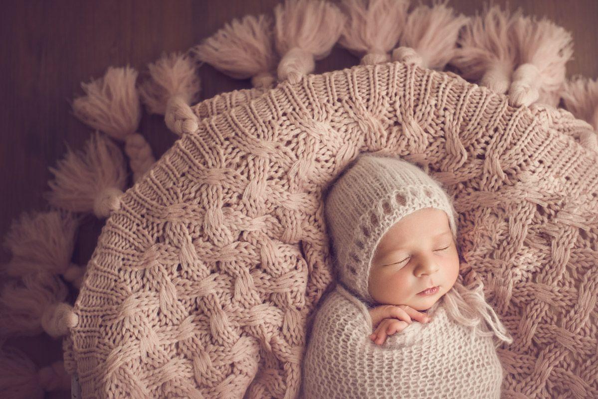 Bebé con tejido durmiendo
