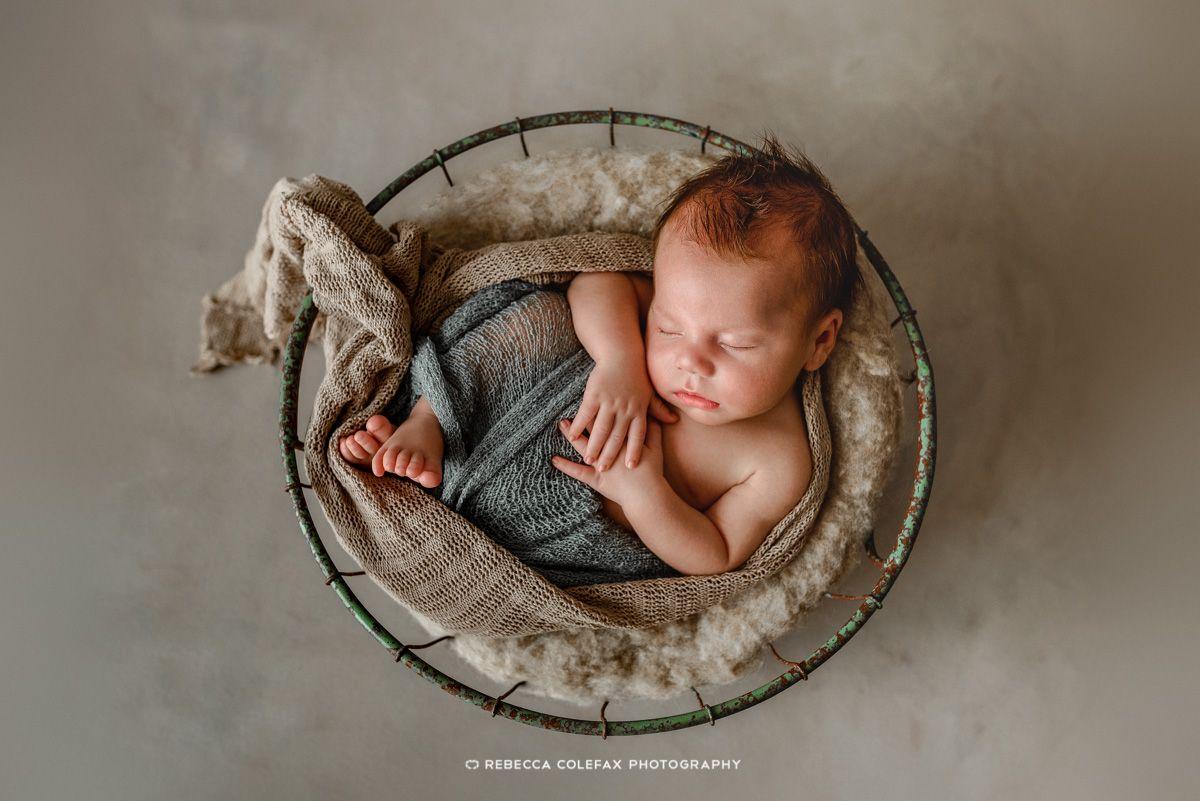 Bebé en cesto durmiendo