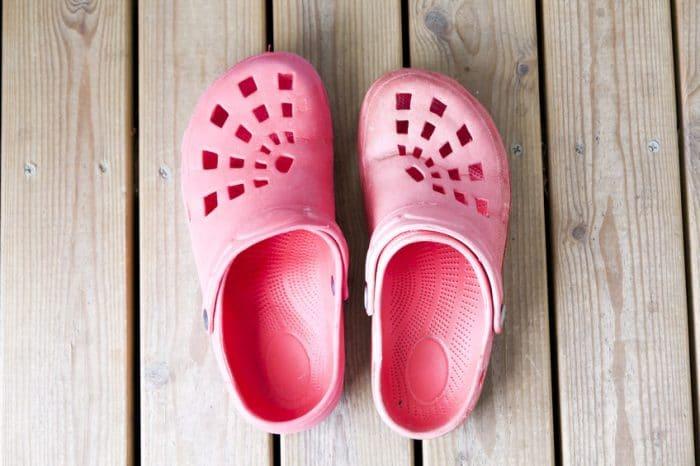Cuidado con el calzado de goma infantil durante el verano